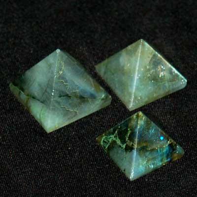 Kain Namelyr rövid visszatekintése Pyramid---Labradorite-Crystal-Pyramids-03